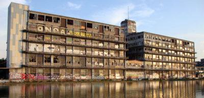 L'Ancien entrepôt de la Chambre de Commerce et de l'Industrie, plus connu sous le nom de « Bâtiment des Douanes de Pantin », est devenu le terrain de jeux des graffeurs et amateurs d'art urbain.