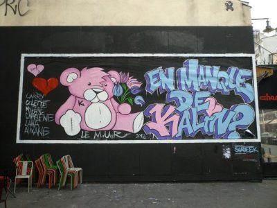 Au cœur du 11ème arrondissement parisien, l'association le M.U.R. (Association Modulable, Urbaine, Réactif) propose à des artistes urbains d'investir un panneau, en collant des peintures éphémères réalisées en atelier.