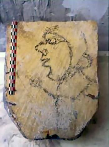 Il s'agit d'un profil dessiné au charbon de bois sur un élément lapidaire provenant du cellier
